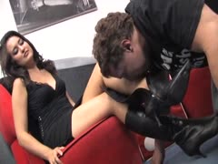 The submissive boot sniffer